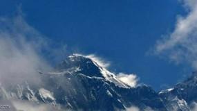 الثلوج الداكنة.. تحذير من تلوث غير مسبوق في أعلى قمة بالعالم