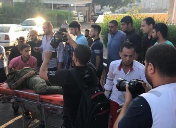 انتشال جثامين (3) شهداء وإصابة من منطقة زكيم شمال القطاع