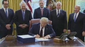 ترامب يوقع على خطة الإنقاذ للاقتصاد الأمريكي بقيمة ٢.٢ تريليون دولار