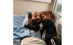 الأسير ماهر الأخرس يحتضن طفلته بعد 91 يوماً من الإضراب
