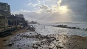 شاطئ مُخيّم الشاطئ يتعرّض للانجراف ويهدد منازل اللاجئين بفعل العواصف