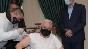 الرئيس عباس يتلقى اللقاح المضاد لفيروس (كورونا)