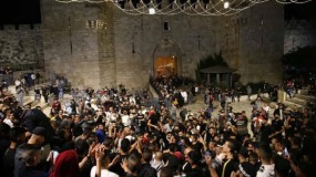 """في وقفة حاشدة بالقدس.. آلاف المواطنين يهتفون """"لا انتخابات دون القدس"""""""