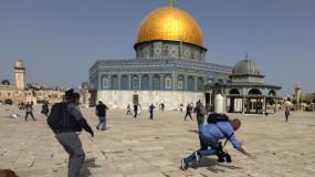 الاحتلال يقتحم الأقصى ويعتدي على المصلين ويخليهم بالقوة ويغلق المصلى القبلي