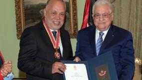الرئيس محمود عباس يقلّد الفنان المصري أشرف زكي أعلى وسام ثقافي في فلسطين والفنانة صابرين