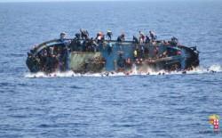 إنقاذ 394 مهاجرا من قارب خشبي مكتظ قبالة تونس