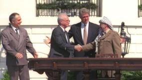 """صحيفة عبرية: إسرائيل تعتبر إزالة السلطة محتوى مدرسي حول اتفاق أوسلو """"أمراً مقلقاً"""""""