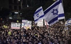 """تجدد الاحتجاجات امام مقر إقامة رئيس الوزراء الإسرائيلي """"نتنياهو"""": """"انتهى وقتك"""""""