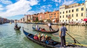 إيطاليا تفرض أغرب غرامة على السائحين