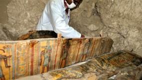 مصر: اكتشاف لوحة وتابوت خشبي للأسرة الـ 18